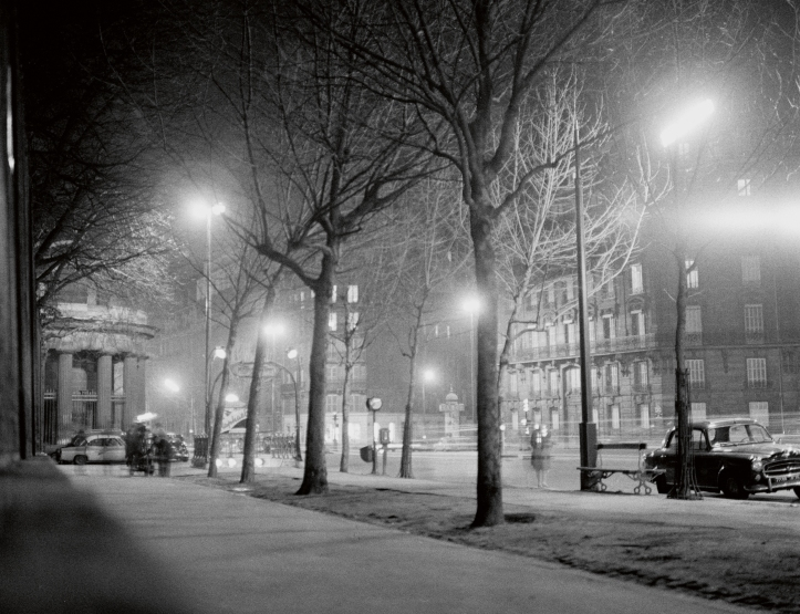 Antoine et Colette_1962_ParcMonceau. Copyright Raymond Cauchetier, courtesy James Hyman Gallery, London